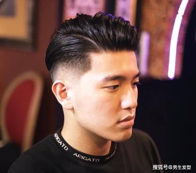 """男人35岁后适合留""""背头""""发型,很多人都不敢剪,其实特别帅气插图(2)"""