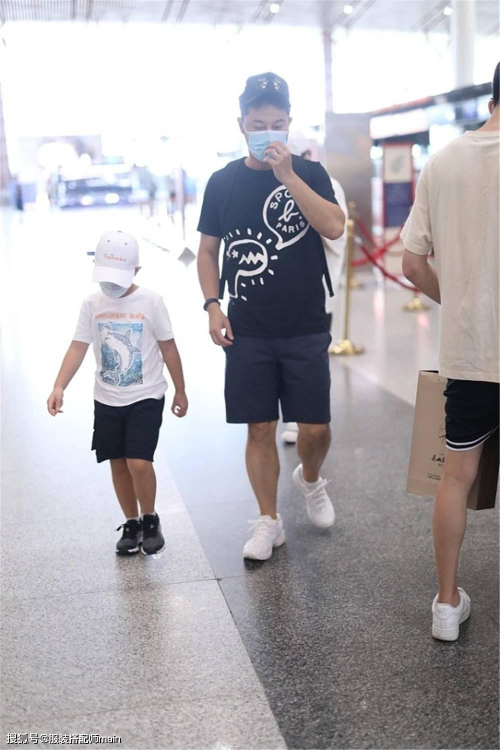沙溢父子同框出镜,一黑一白穿成亲子装时尚默契,小鱼儿比爹帅气
