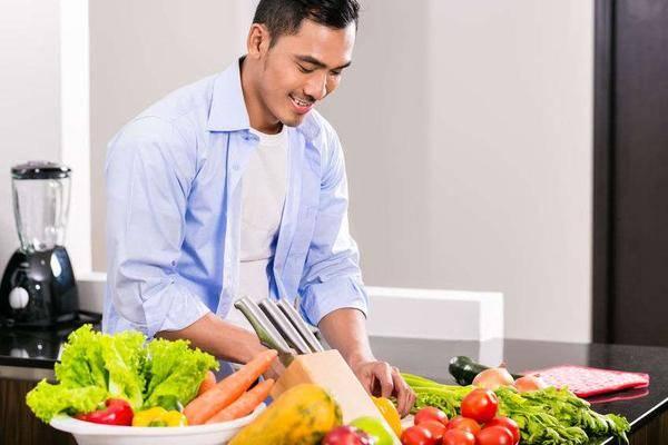 尿酸高的人要管住嘴,提醒:4种高嘌呤食物再不忌嘴,痛风不会太晚到来