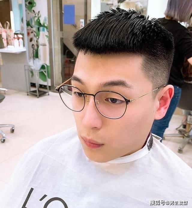 """剪发不要只会说""""稍微剪短"""",2020男生流行发型参考,越剪越帅气插图"""