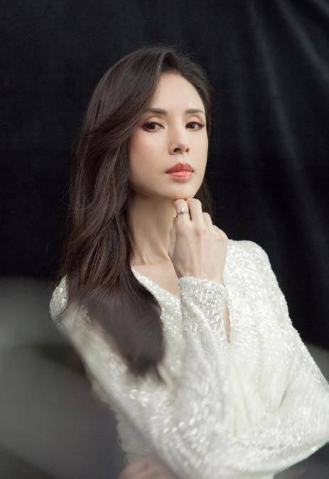 54岁李若彤生日首曝年龄,不结婚是不愿将就,状态依旧能打插图(7)