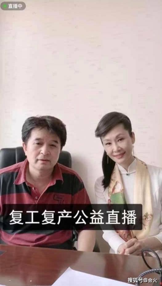 61岁毕福剑罕见公开露面,和于文华直播显憔悴,头发蓬乱老态明显