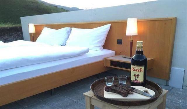 原创全球最寒酸的一家酒店,连墙壁也没有,住一晚却要1700