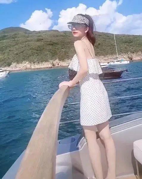 天王嫂游艇美照太养眼!穿吊带裙秀美背略显高调,不愧是网红标杆