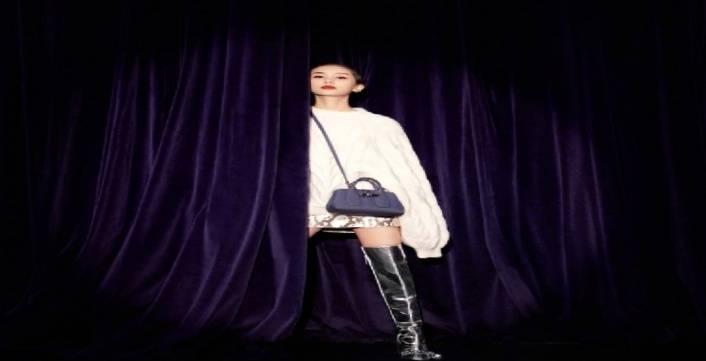 王子文写真又美又酷,梳大背头配全黑服饰,小小个子气场炸裂