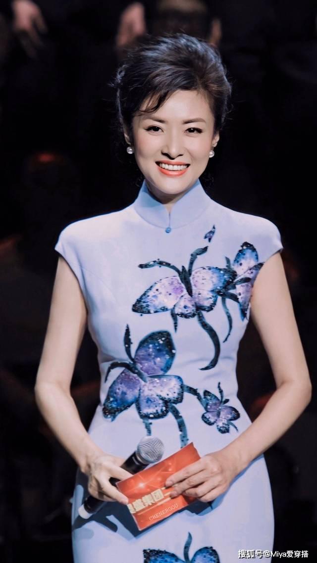 """为什么要学52岁周涛穿搭,烟紫色旗袍曲线妙曼,好身材全靠""""装"""""""