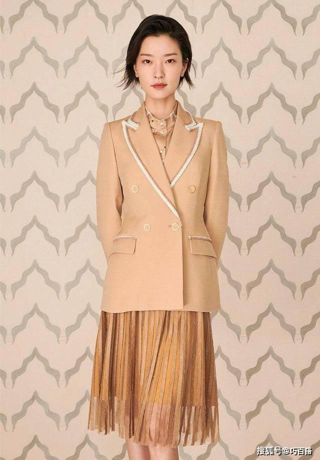 杜鹃示范秋季职场穿搭,三套西装演绎出不同风情,每一套都很高级