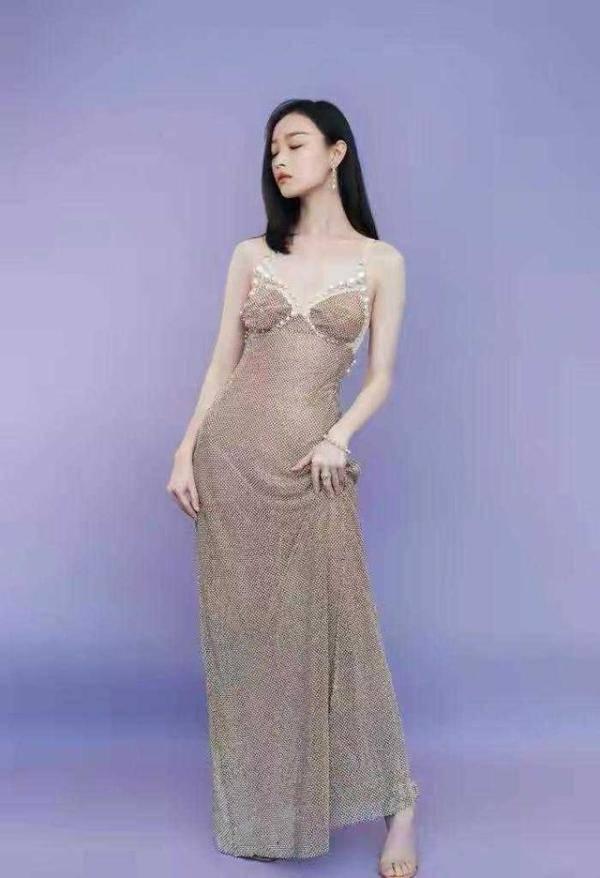 原创倪妮的美让人移不开眼,穿珍珠鱼尾裙优雅迷人,腰臀比太惊艳