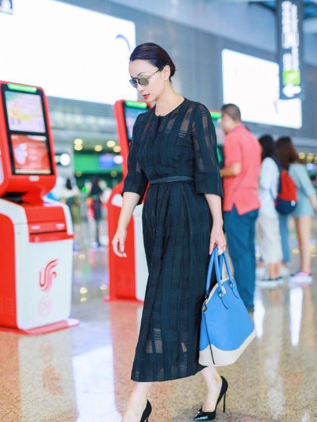 48岁的陶虹,一袭斜肩水钻红裙搭配钻石项链,优雅又时髦