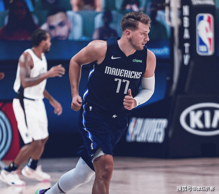 NBA季后赛,依靠21岁东契奇的神奇绝杀,独行侠上演21分大逆转