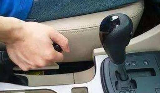 等红灯时,你必须踩刹车吗?你需要拉手刹吗?让我们赶快互相了解一下吧。 等红灯倒车
