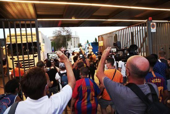 巴萨球迷闯入诺坎普呼吁梅西留下 逼巴托梅乌辞职
