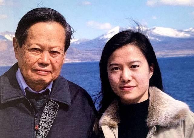 杨振宁精神矍铄与妻子合体亮相,44岁翁帆发福水肿,憔悴了不少