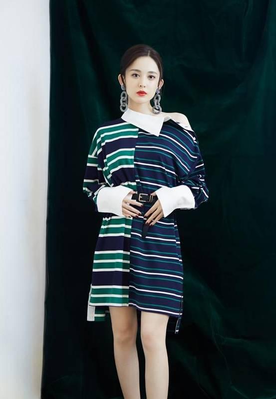 """古力娜扎身穿华丽的""""一袖裙"""",同色简约大方,网裙尽显腿部身份。"""