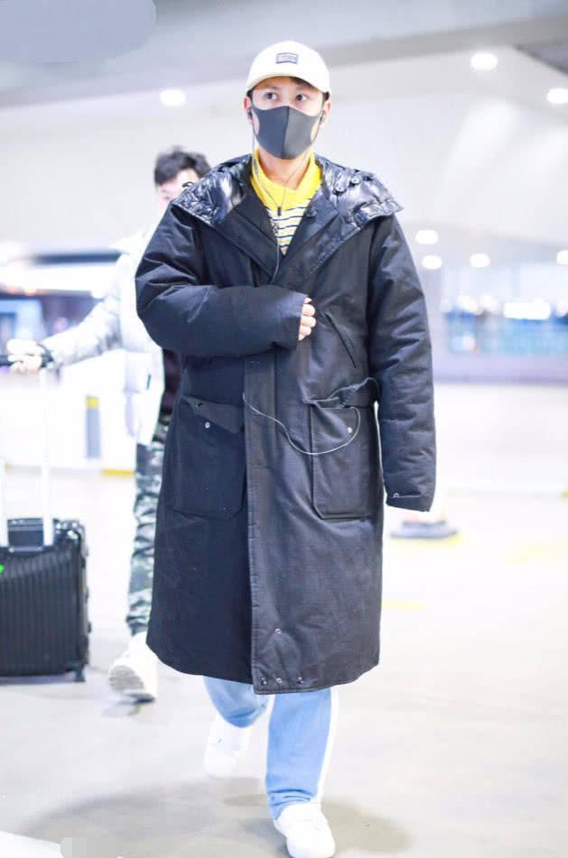 秦俊杰去机场穿得很随便,随便裹上一件
