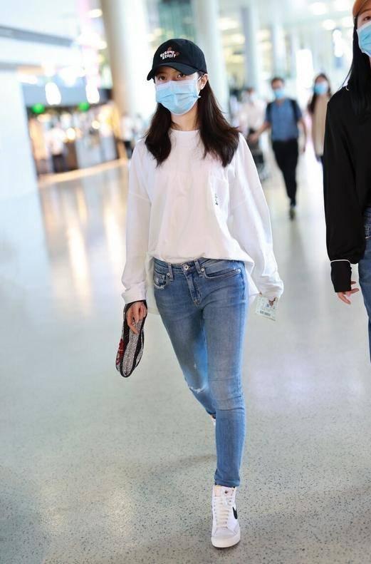 17岁赵今麦真会穿,用白色卫衣配牛仔裤,清新简约好时尚