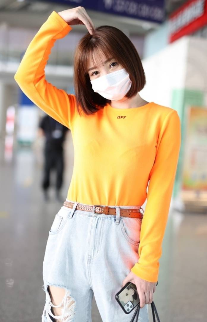 原创             柳岩魅力满分,橘黄色上衣配破洞牛仔裤,打扮休闲有活力