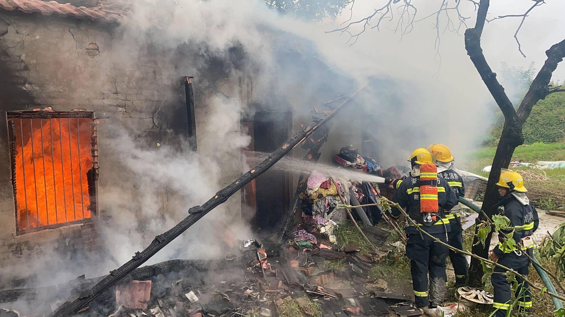 农户家中着火浓烟滚滚荆门消防赴场火速处置