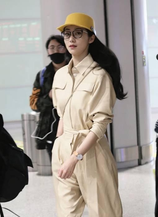 韩雪出现在机场 穿着米色的连衣裤 一只手拿着包走路