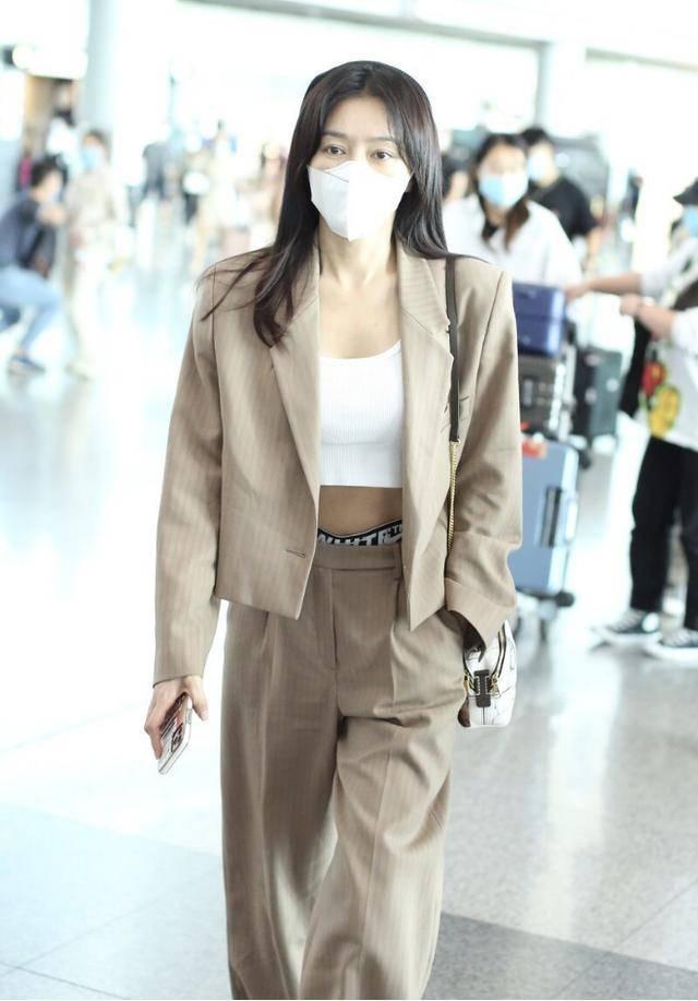 秦岚衣品真时尚,穿西装也要秀小蛮腰,看气质不像40+的人