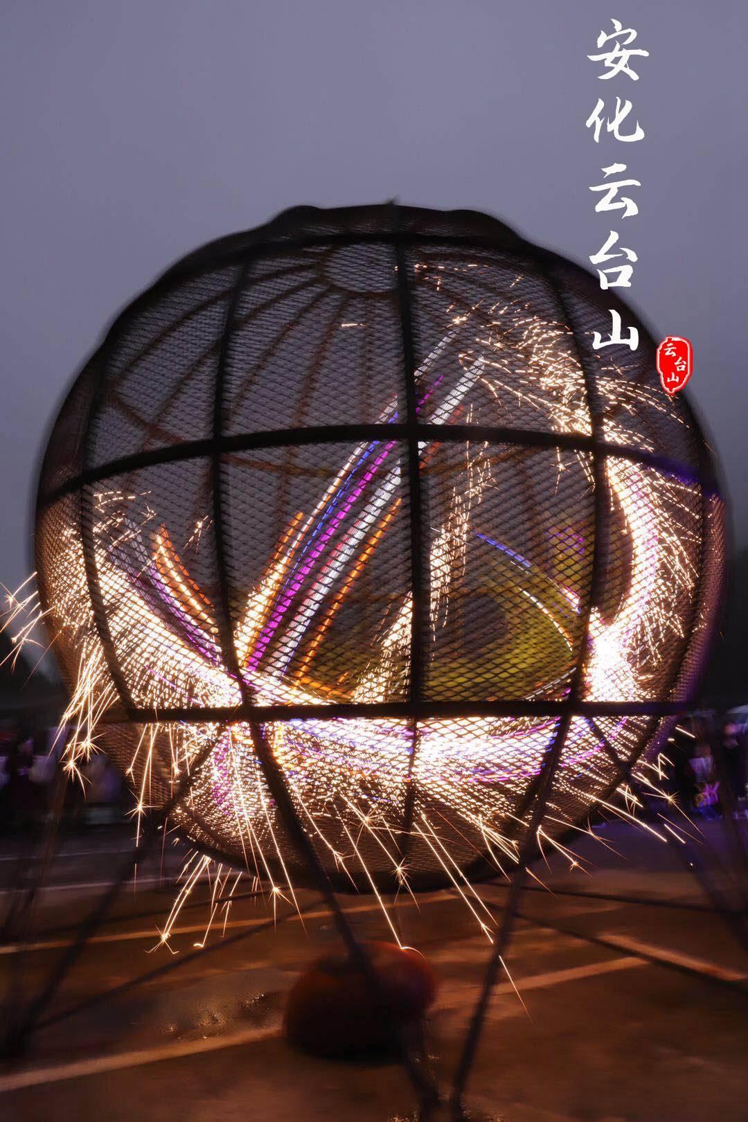 云台山景区迎来国庆黄金周后的第一场篝火晚会
