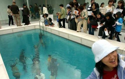 世界上最神秘的泳池 当你跳进水里 你的衣服就不会湿了 可以在水下自由行走!