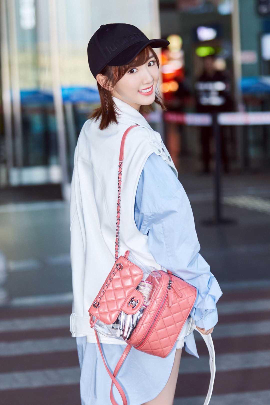 毛晓彤引领秋日混搭时尚,穿长款衬衫配皮背心,显高显瘦又时髦
