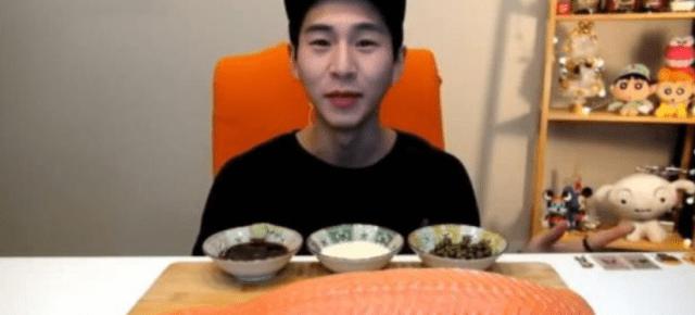 """男士挑战吃30斤三文鱼 切的时候显示""""斤"""" 网友"""