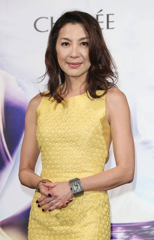 原创             杨紫琼身材60后里罕见,小黄裙秀沙漏身材,这线条不输年轻小花