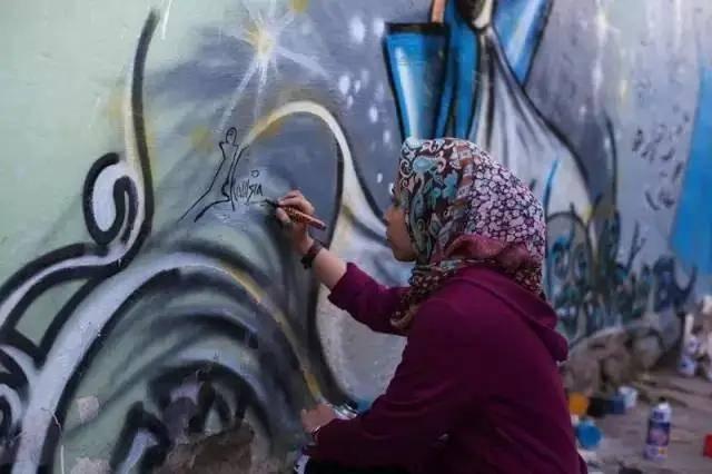 IMCPI视界|阿富汗首位女街头艺术家,弄脏了墙壁,却用一己之力拯救全国女性。