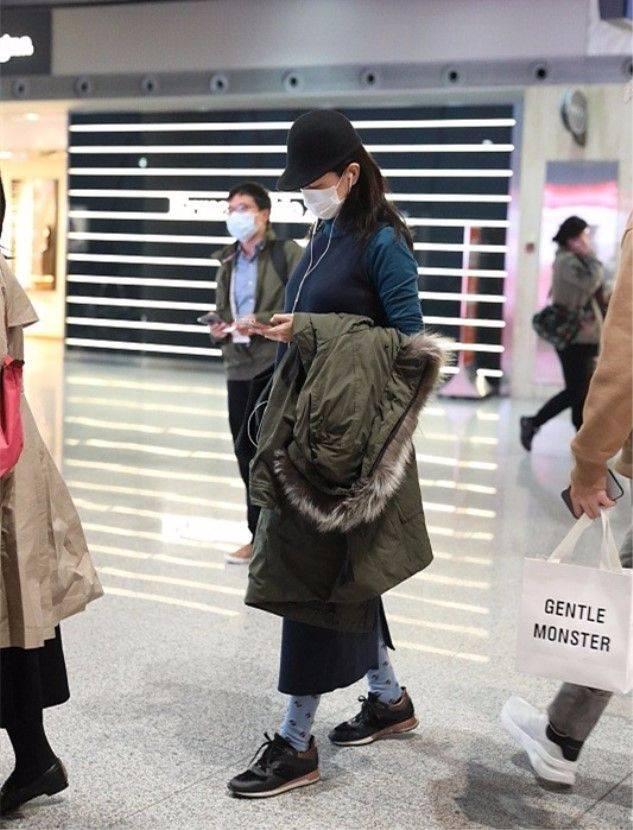 原创             咏梅穿运动鞋搭花袜子,打扮虽俗套,但有50岁中年女性的优雅!