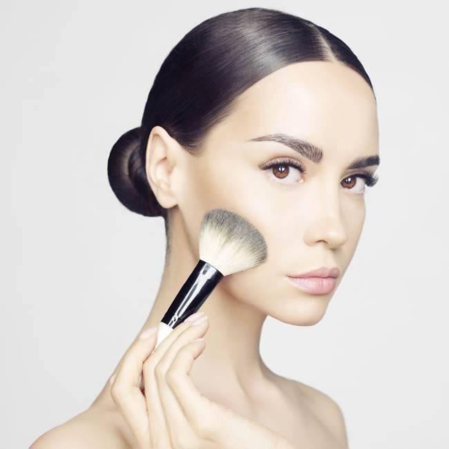 精妆联华美妆:油性肌肤这样化妆,让你持久美丽