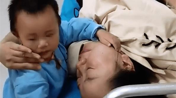 憋泪!昭通母亲受伤入院,宝宝病床边搂妈妈痛哭