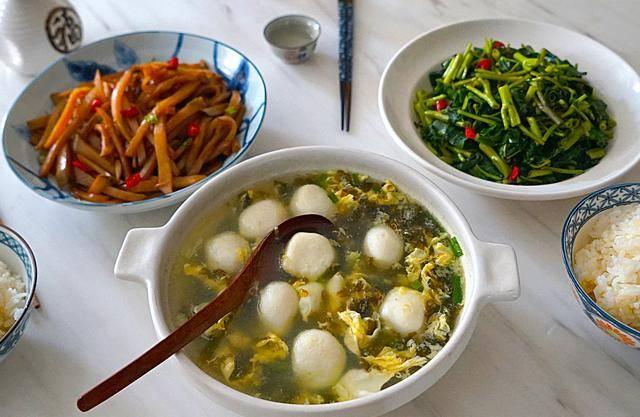 晒晒我家的午餐,两菜一汤,全是神兽爱吃的味道,老公埋怨没营养