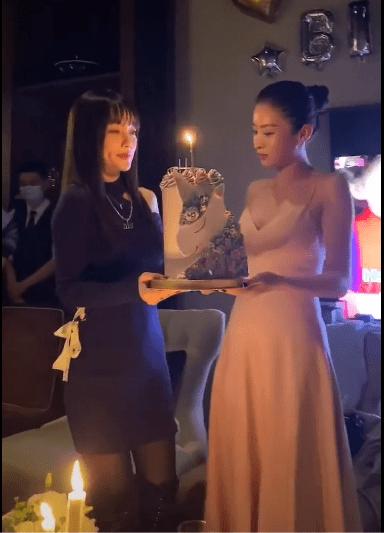 李小璐为闺蜜庆生,超短包臀裙配黑丝袜,帮闺蜜拿蛋糕甜笑状态超好