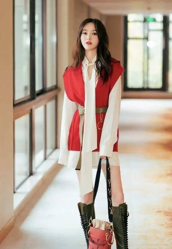 """唐嫣身穿真有""""料"""",穿米白色连衣裙配红色毛衣背心,凹凸有致"""