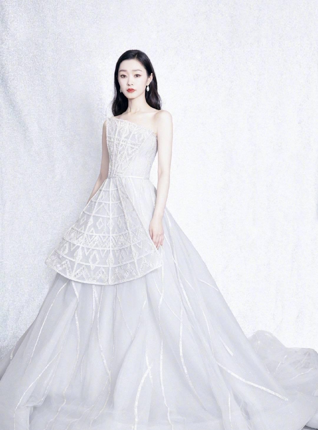 宋轶出席活动,身穿浪漫白色连衣裙宛如公主,白到发光的美貌