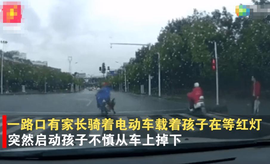 女童不慎摔下电动车,车流中追赶家长近百米,却被一脚踹翻在地