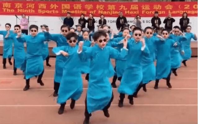 南京小学生运动会这帮孩子火了:穿长衫跳炫舞,气氛热烈燃爆现场