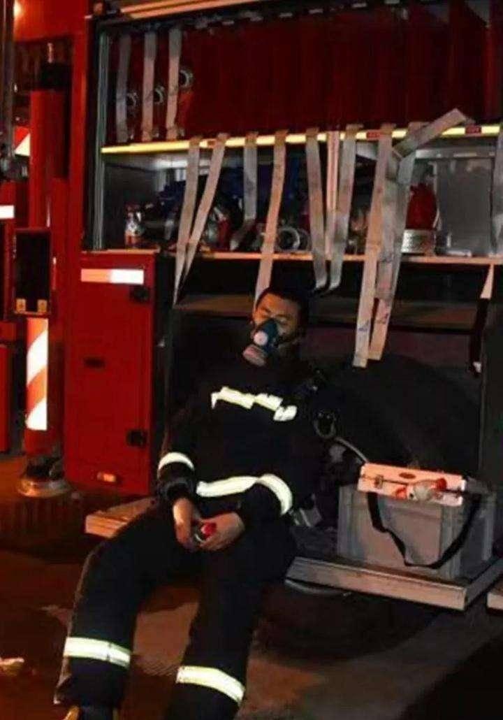 19岁消防员抱13岁昏迷女孩飞奔1公里送医,网友 应避开隐私部位图片