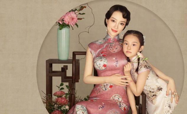 李小璐晒视频为甜馨庆生,教8岁女儿化装惹争议,网友:爱漂亮无罪(图6)