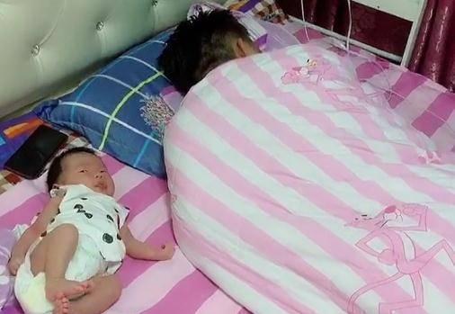 """老爸""""没心没肺""""带娃睡觉,宝宝一脸无辜,网友:男人都一样!"""