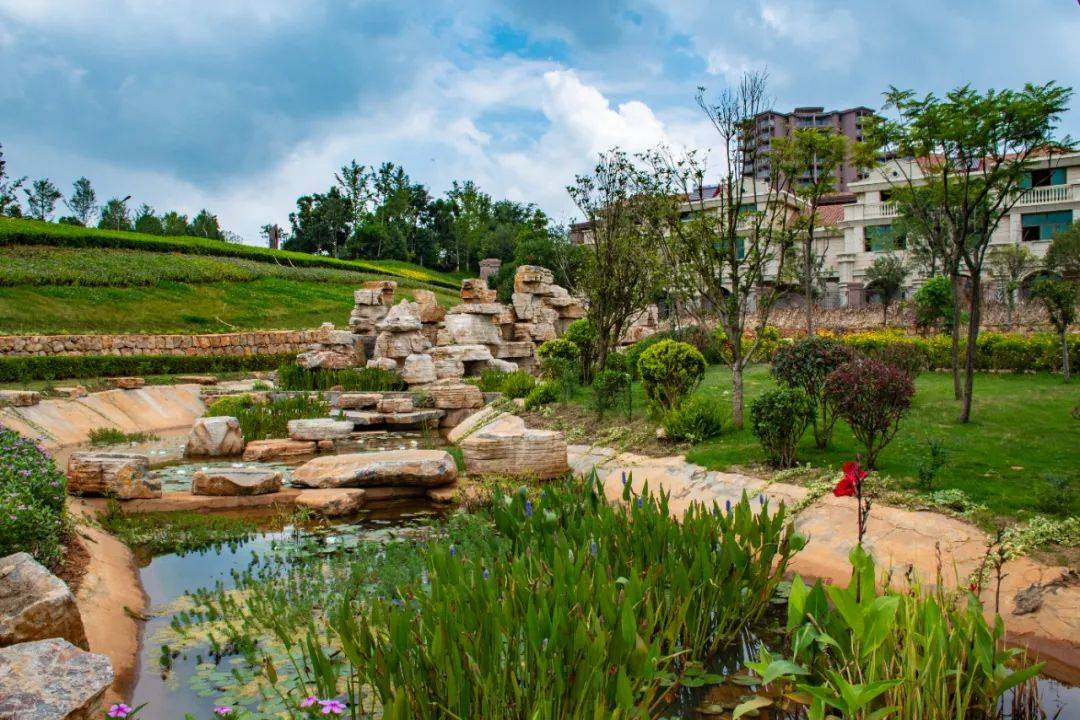 昆明人家门口的童话城堡,紧挨抚仙湖,面积是香港