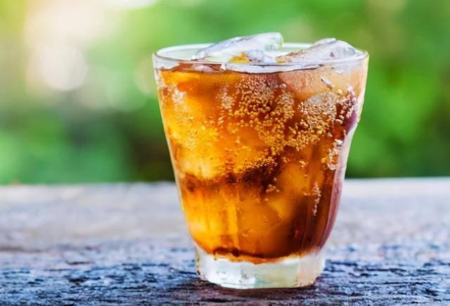 26岁男子尿酸值660,肾脏衰竭,医生:别再把这种饮料当水喝