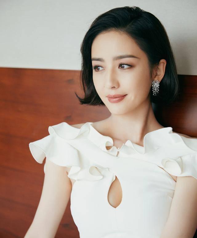 佟丽娅发型选对了!齐耳短发配白裙简约又清爽,37岁还有少女样