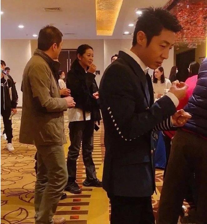 原创             倪萍瘦的太狠了,穿牛仔裤都是空荡荡的,近照苍老很普通!