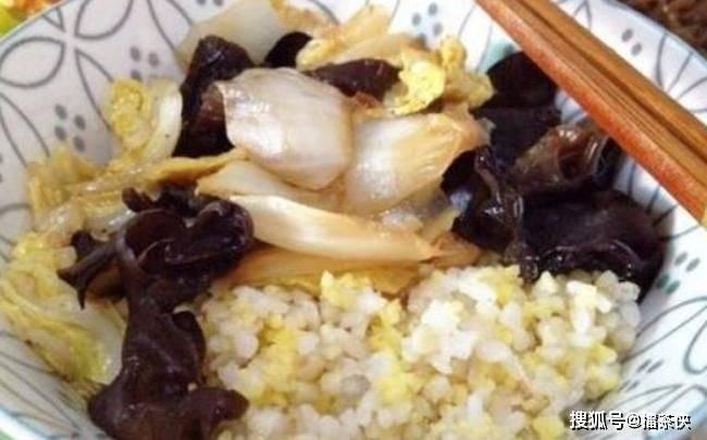 米饭二次加热会致癌?医生表示:常见的3种食物,最好还是别加热
