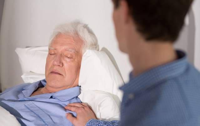 要做好的是在老人临终前的陪伴