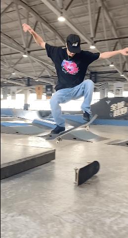 王一博分享日常 玩滑板超级帅气