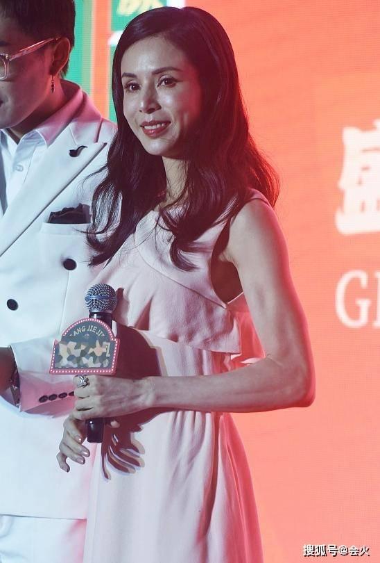54岁李若彤轻松抱起男主播,身材太纤细引担忧,生图暴露真实状态
